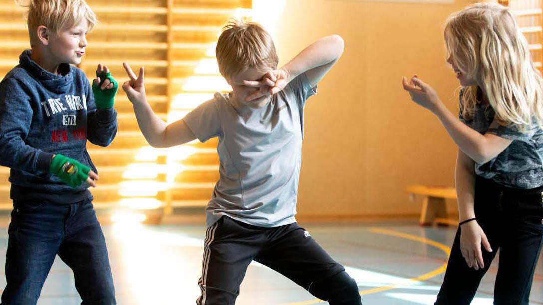 BArn i gymnastiksal som dansar