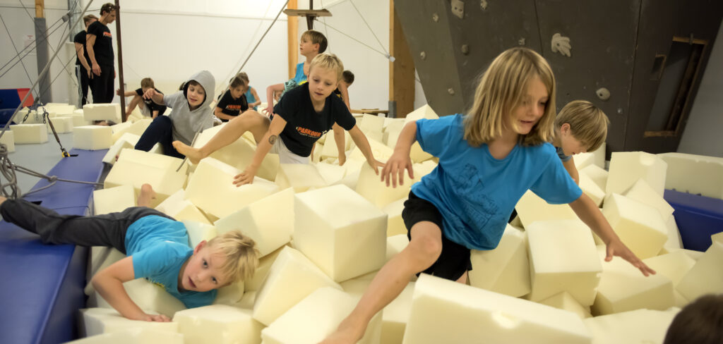 Barn tränar parkour