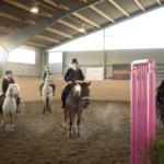Fyra personer som rider på Olunda ridskola
