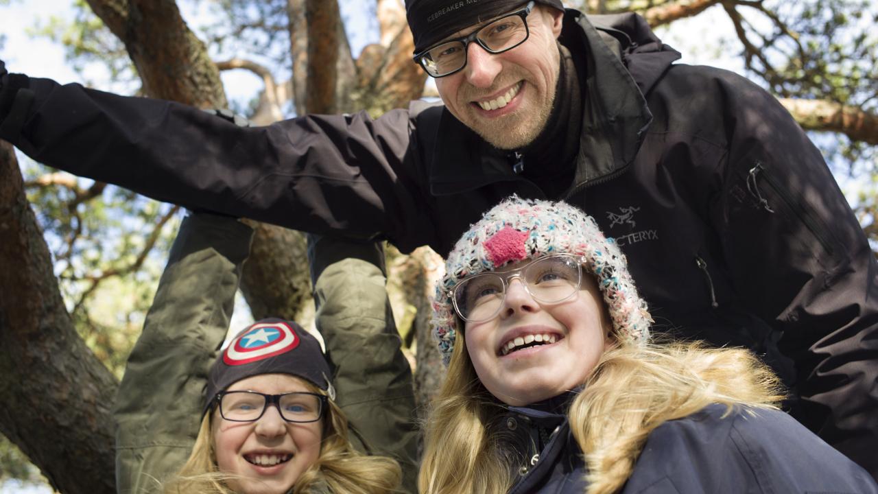 Claes, Edith och Melker, tre glada deltagare i scoutkåren i Älvsjö